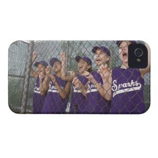 Equipo de la liga pequeña que anima en cobertizo Case-Mate iPhone 4 funda