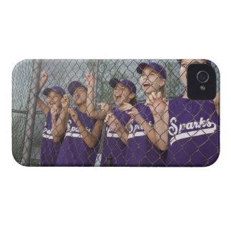 Equipo de la liga pequeña que anima en cobertizo iPhone 4 carcasas