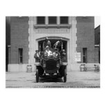 Equipo del coche de bomberos en Firehouse, 1925 Postal