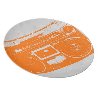 Equipo estéreo portátil anaranjado plato de comida