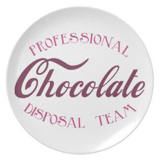 Equipo profesional de la disposición del chocolate platos para fiestas