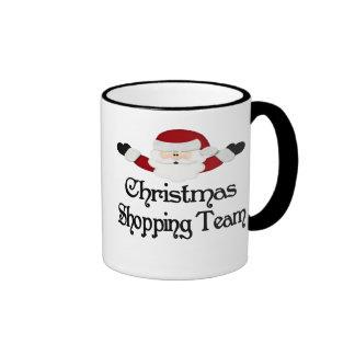 Equipo que hace compras del navidad taza