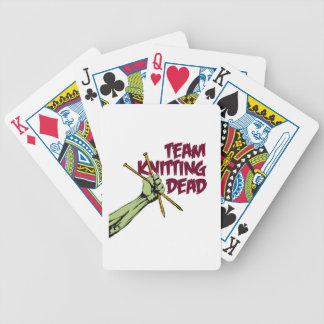 Equipo que hace punto absolutamente barajas de cartas