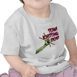 Equipo que hace punto absolutamente camisetas