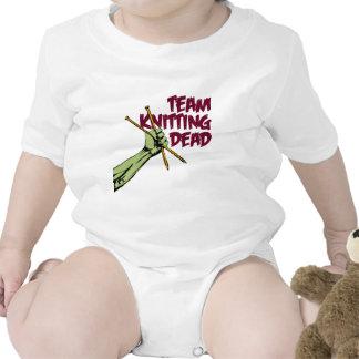 Equipo que hace punto absolutamente traje de bebé