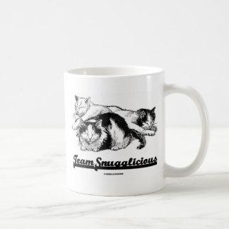 Equipo Snugglicious (tres gatos el dormitar) Taza Básica Blanca