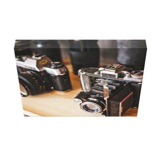 Equipo temático, cámaras del vintage en un estante lienzo envuelto para galerías
