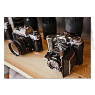 Equipo temático, cámaras del vintage en un estante tarjeta de felicitación