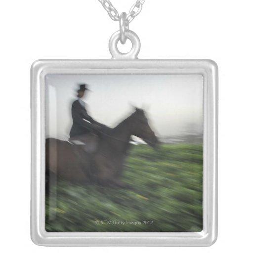 Equitación en campo verde. Mujer a caballo Grimpolas