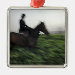 Equitación en campo verde. Mujer a caballo Ornamento De Navidad