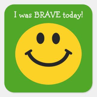 Era cara sonriente del amarillo valiente del hoy pegatina cuadrada
