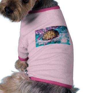 Erizo de mar colorido del arrecife de coral camiseta con mangas para perro