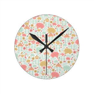 Erizo feliz reloj redondo mediano