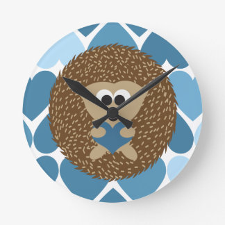 Erizo y corazones azules reloj redondo mediano