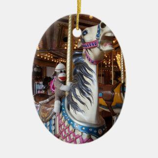 Ernie el ornamento oval del carrusel del mono del adorno ovalado de cerámica