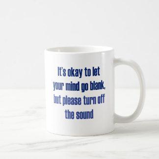 Es aceptable dejar su mente ir espacio en blanco taza de café