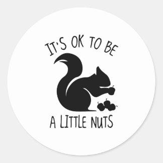 Es ACEPTABLE ser las pequeñas nueces Pegatina Redonda