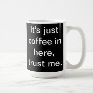Es apenas café en aquí asalta (el negro) tazas