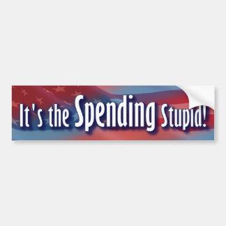 ¡Es el gasto estúpido! Etiqueta De Parachoque