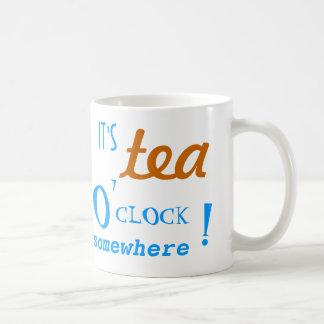 Es en punto del té en alguna parte asalta taza