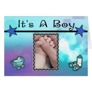 Es estrellas azules de un muchacho fijadas tarjeta de felicitación