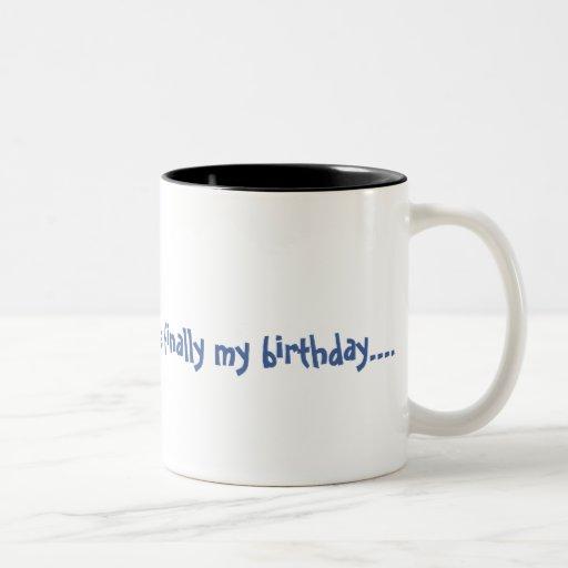 Es finalmente mi cumpleaños taza