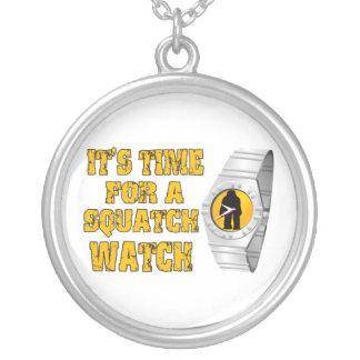 Es hora para un reloj de Squatch Colgante Redondo