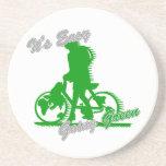 Es la bicicleta verde tolerante 2 posavasos cerveza