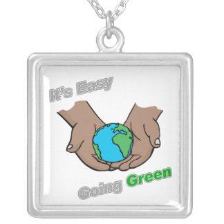 Es manos verdes tolerantes oscuras joyerías