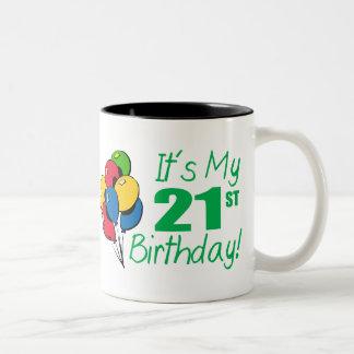 Es mi 21ro cumpleaños (los globos) taza de dos tonos