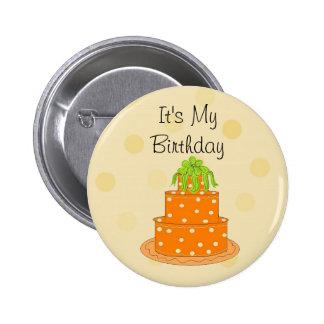 Es mi torta anaranjada del cumpleaños pin redondo de 2 pulgadas