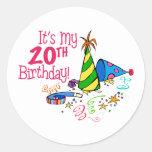 Es mi vigésimo cumpleaños (los gorras del fiesta) pegatina redonda