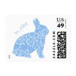 Es sellos azules de un conejito del muchacho