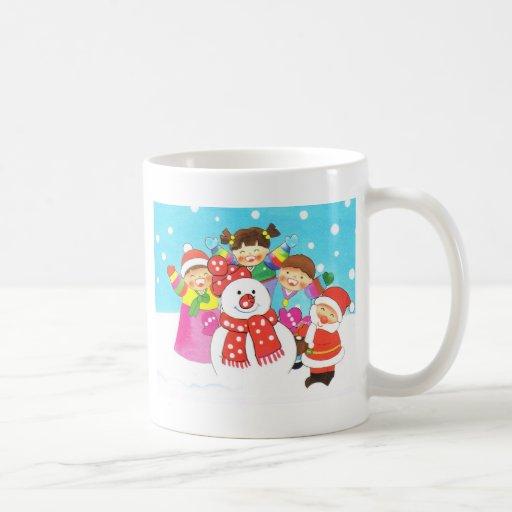 ¡Es tiempo de la nieve! Felices Navidad, niños en  Taza