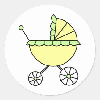 ¡Es un bebé! Carro de bebé del verde amarillo Pegatina Redonda