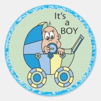 Es un bebé en un carro pegatinas redondas