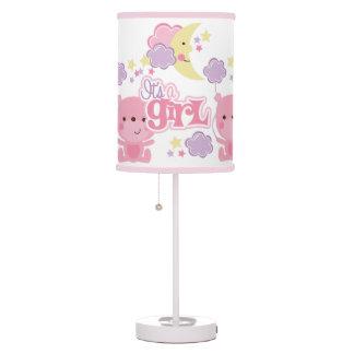 Es un chica lámpara de mesa