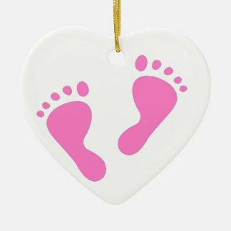 Es un chica - pies rosados del bebé adorno navideño de cerámica en forma de corazón