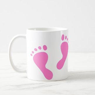 Es un chica - pies rosados del bebé taza