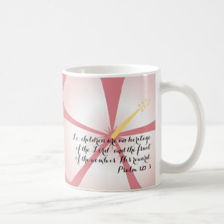 Es un chica - taza rosada del verso de la biblia