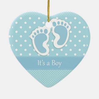 Es un muchacho adorno navideño de cerámica en forma de corazón