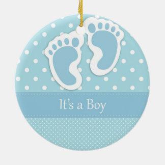 Es un muchacho adorno navideño redondo de cerámica