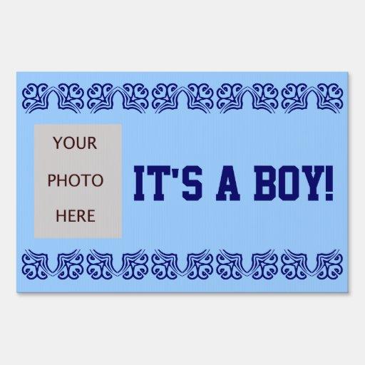 Es un muchacho con la foto cartel