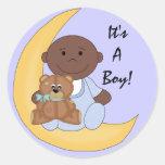 Es un muchacho - dibujo animado oscuro lindo del pegatina redonda