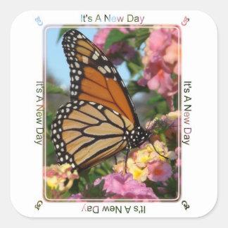Es un nuevo día (la mariposa de monarca) pegatina cuadrada