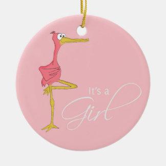 Es un ornamento de la cigüeña del chica adorno navideño redondo de cerámica
