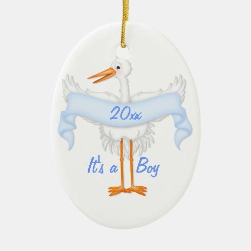 Es un ornamento de la cigüeña del muchacho adorno ovalado de cerámica