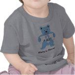 Es un oso azul del muchacho camiseta