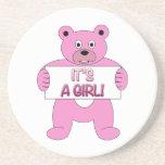 Es un oso del rosa del chica posavasos cerveza