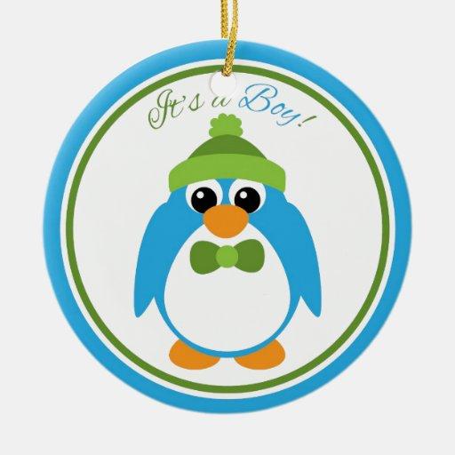 Es un pingüino del muchacho en azul y verde adorno navideño redondo de cerámica